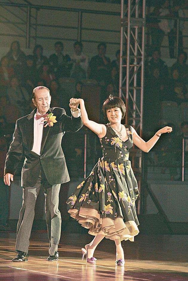 图为赌王和梁安琪共舞