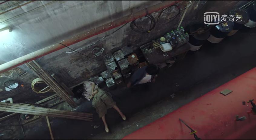 王瑶躺在过道上