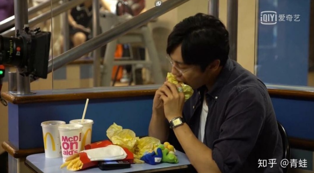 张东升一个人吃麦当劳